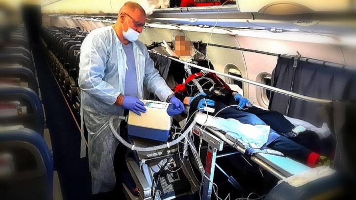 Кузбасские медики впервые перевезли пациента на ИВЛ обычным самолетом из Санкт-Петербурга