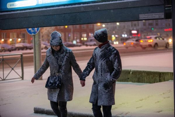 Пешеходы, как и автомобили, не застрахованы в такую погоду от пробуксовки