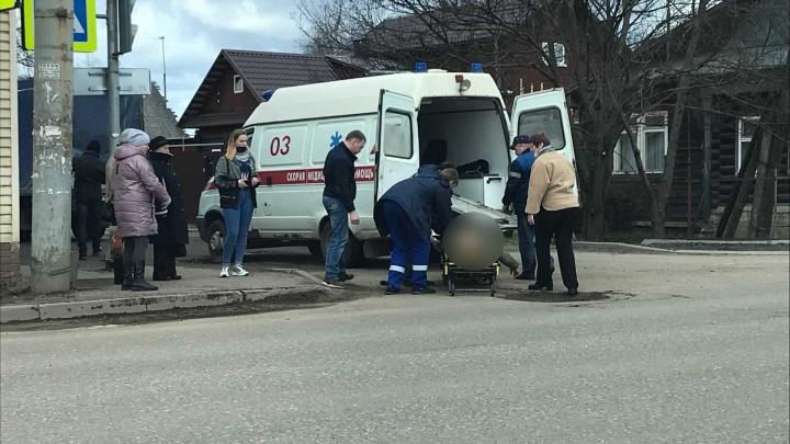 Подлетел в воздух и рухнул на асфальт: в Рыбинске машина сбила пешехода. Видео