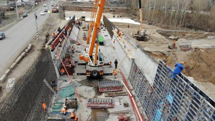 «Растут стены и каркас»: блогер снял на видео строительство развязок Фрунзенского моста — 2