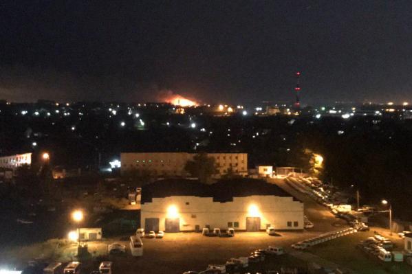 Вдалеке на фото хорошо видно ярко-оранжевое пламя