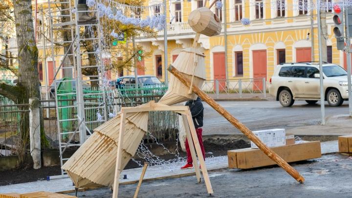 Деревянных муравьев-гигантов в Архангельске скопировали с арт-объекта мастеров «Тайболы» в Кенозерье