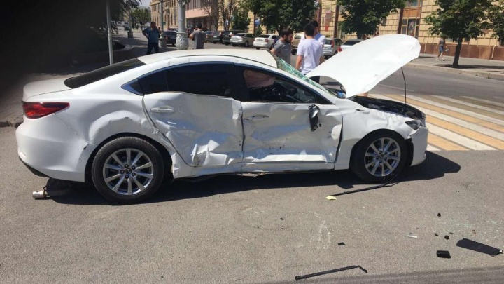 Поторопилась: в центре Волгограда после ДТП опрокинулась иномарка