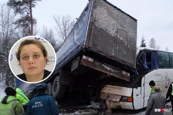 В аварии столкнулись сразудва большегруза, «Газель», автобус с юными спортсменами и легковушки. Виновной суд признал Любовь Черепанову