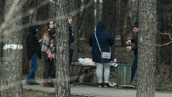 Устраивают пикники и сидят на заполненных остановках: как екатеринбуржцы нарушают режим самоизоляции