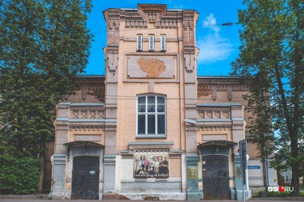 На главном фасаде художественного училища — едва различимая надпись