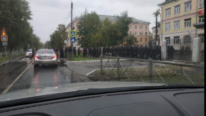 У избирательного участка в гимназии Северодвинска выстроились военные
