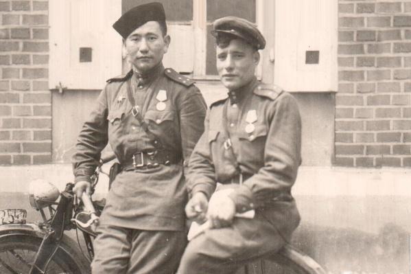 На фотографии слева Александр Константинович Дырхеев. Снимок был сделан в Чехии, в Праге, в мае 1945 года