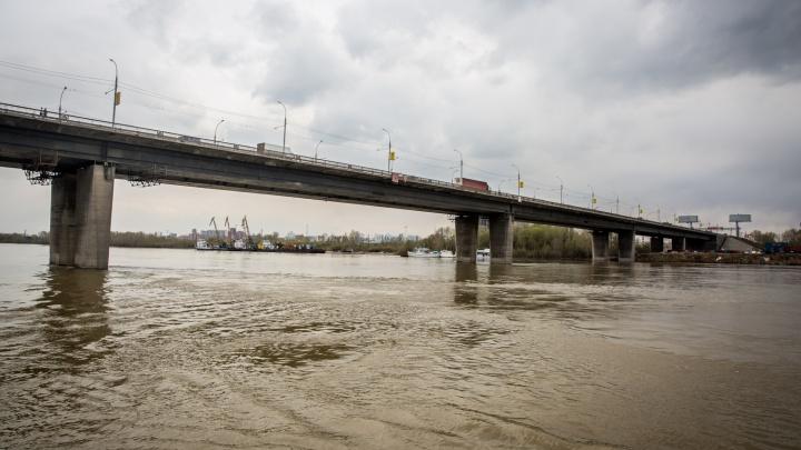 Спасатели сняли с Димитровского моста 33-летнего мужчину
