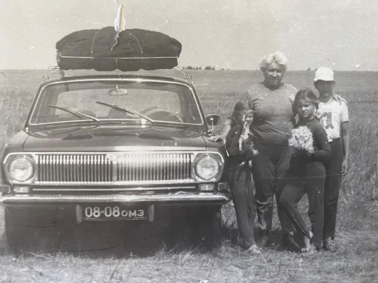 Бабушка Аделаида Петровна с внуком, внучками и «Волгой»