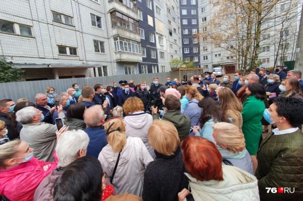 Сейчас жителей дома, где произошёл взрыв, пускают в квартиры за вещами