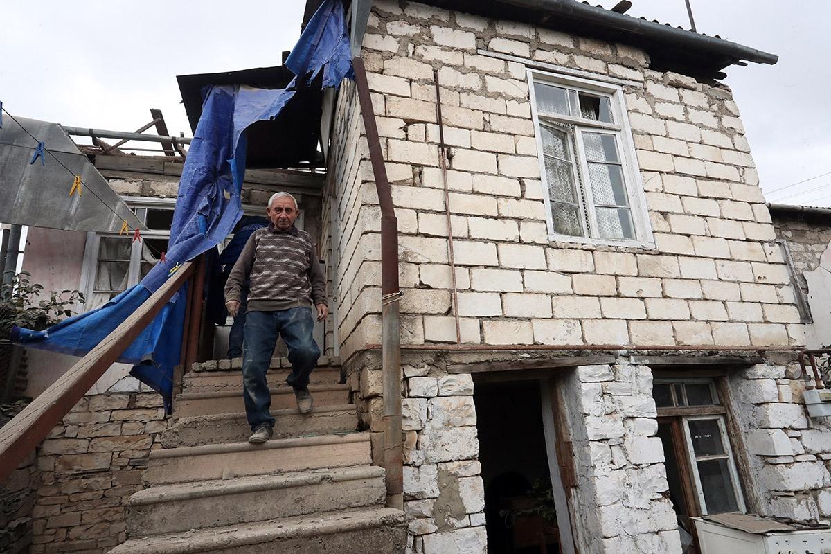 Нагорный Карабах. Мужчина в поврежденном в результате обстрела доме.