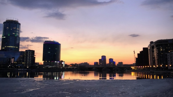 Екатеринбург в отражении Исети: подборка фото города, красотой которого пока стоит наслаждаться из дома