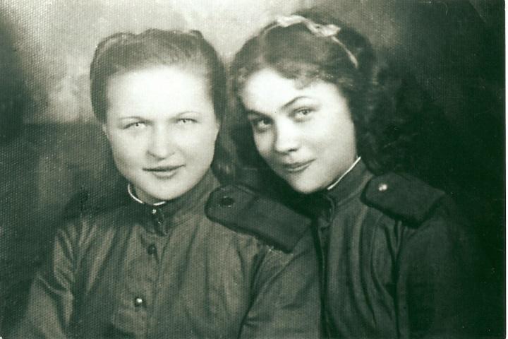 Вера (справа) с боевой подругой в годы войны