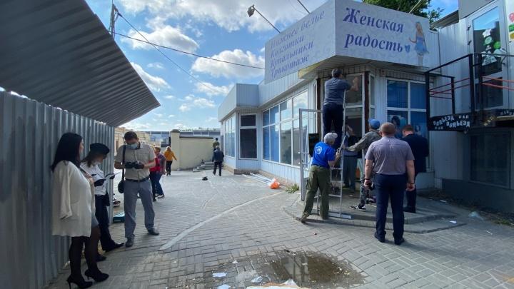 «Хозяйка отбивалась лопатой»: в Волгограде напротив скандального фудкорта сносят павильон