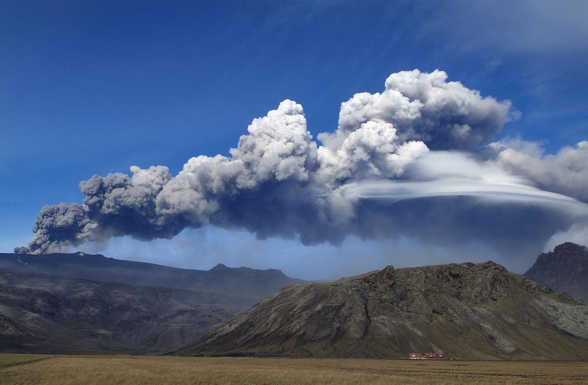 Извержение вулкана Эйяфьятлайокудль в Исландии в апреле 2010 года<br><br>автор фото Хёйкур Сноррасон (Haukur Snorrason)