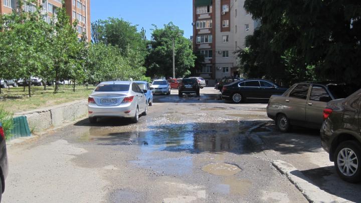 К нам даже такси не ездят: жители пяти многоэтажек Волгограда просят починить дорогу к их домам