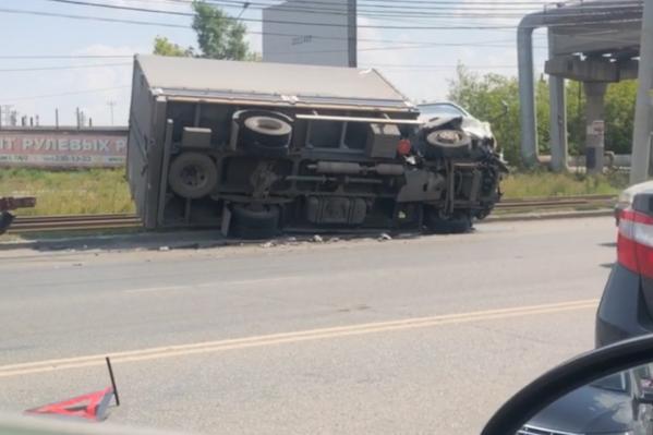 От удара грузовая машина упала, но водитель не пострадал