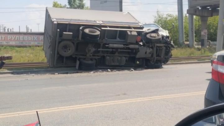В Челябинске грузовик столкнулся с двумя машинами и перевернулся на бок