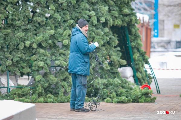 По городу уже начали ставить елки