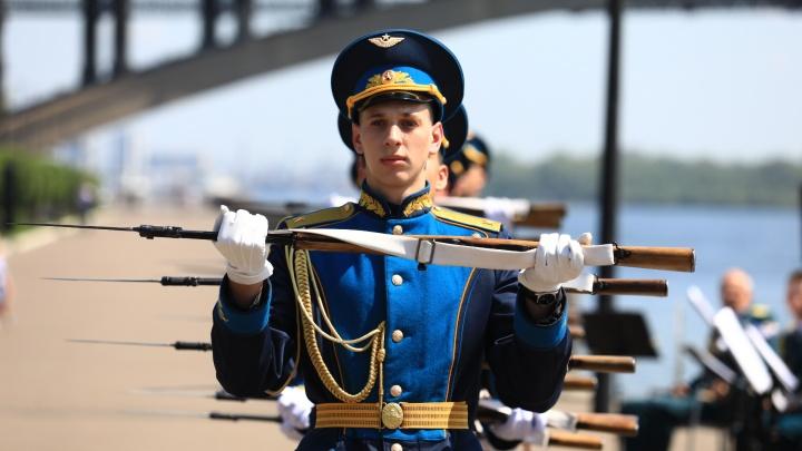 Праздник в самоизоляции: лучшие кадры 75-й годовщины парада Победы в Красноярске
