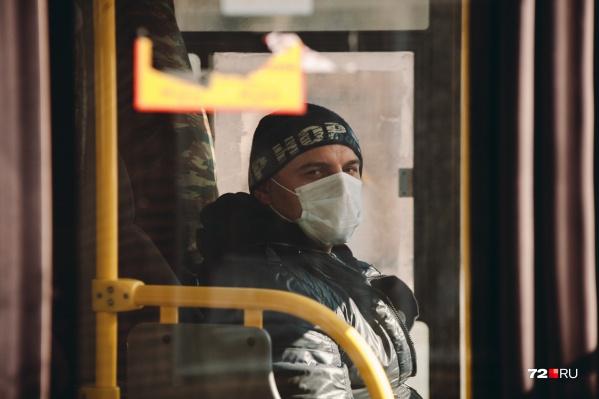 По официальным данным, некоторые люди могут болеть бессимптомно и заражать окружающих. Поэтому и советуют носить маски