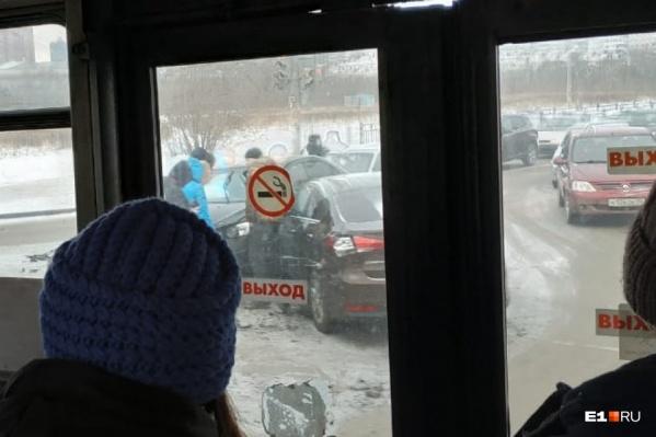 Из-за аварии обе улицы встали в пробках