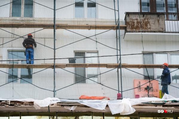 Всего на Компросе планируют отремонтировать почти два десятка домов: какие-то уже обновлены, на других продолжаются работы