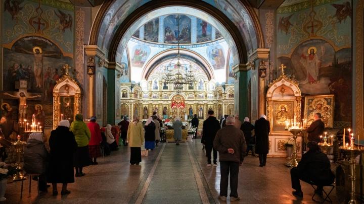 Молебен в разгар коронавируса: смотрите, как встретили пасхальную ночь в храмах Волгограда