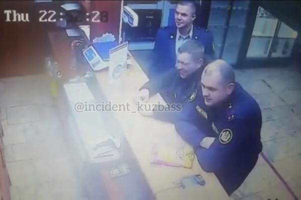 Конфликт сотрудников ФСИН с мужчиной в пивном магазине попал на камеры видеонаблюдения