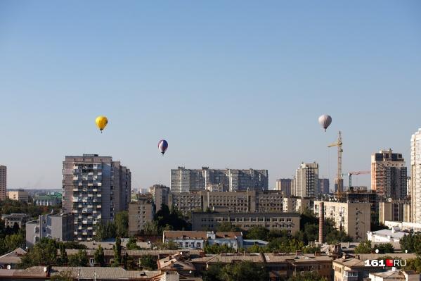 Над Ростовом поднялись четыре аэростата. Одного здесь не видно — он «уплыл» на восток
