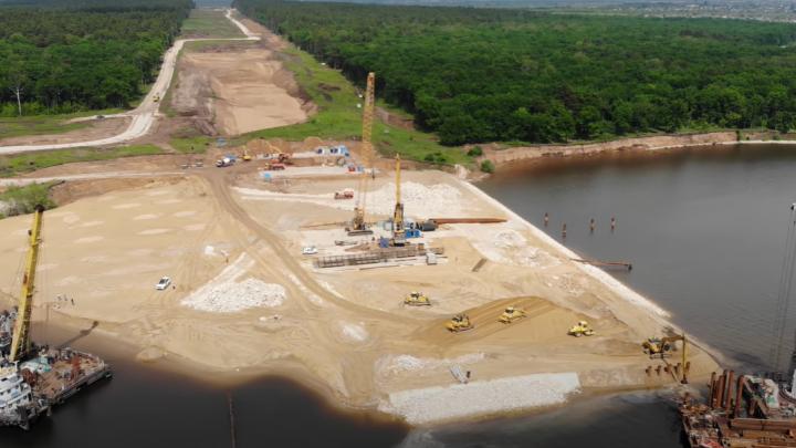 Работают в воде: как строят новый мост через Волгу в Самарской области