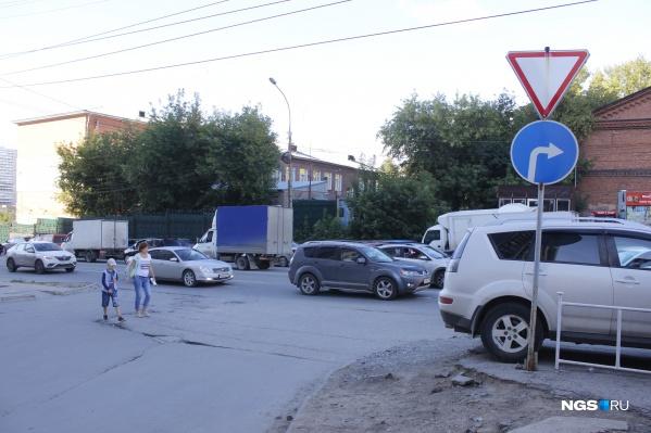 Пересечение улицы Военной и Окопного переулка