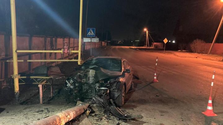 Машина всмятку: в тюменской деревне водитель иномарки снес опору газопровода