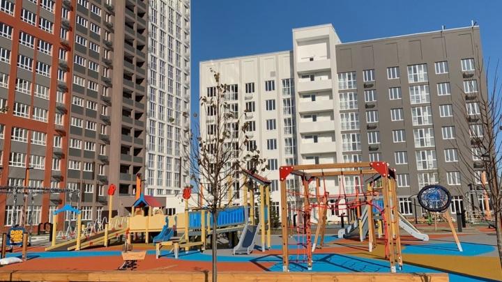 Двор уже благоустроили: в макрорайоне «АМГРАД» завершают строительство первого дома