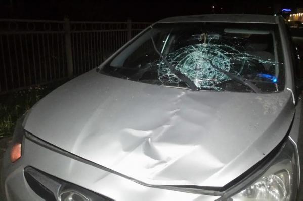 Удар был очень сильным: у машины разбито лобовое стекло