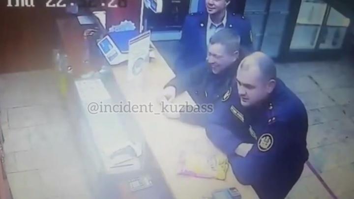 Сотрудники кузбасской колонии устроили драку в пивном магазине. ГУФСИН начал проверку