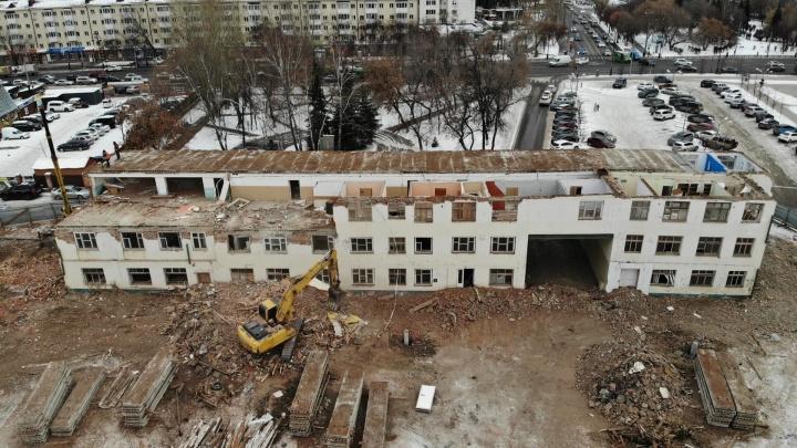 В центре Тюмени сносят офисное здание. Когда-то это был корпус Станкостроительного завода