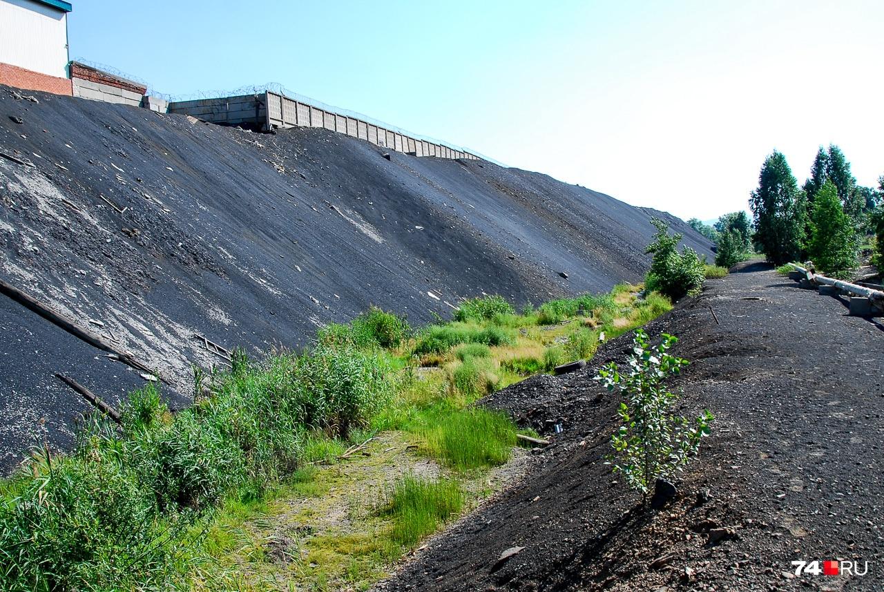 Русло реки Серебрянка (впадает в Богородский пруд) идёт по задам «Карабашмеди» вдоль отвалов шлака