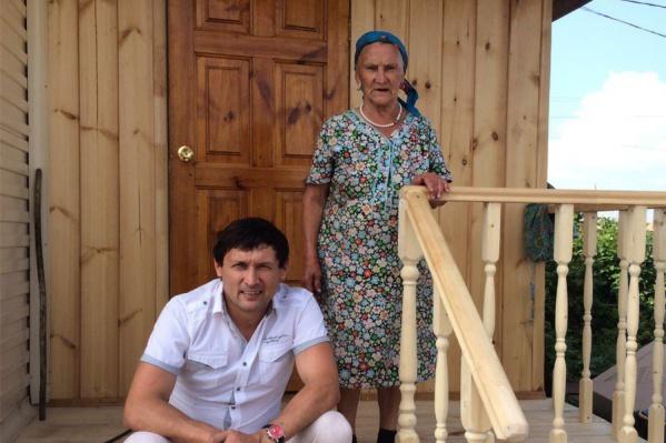 Анвар Нургалиев с мамой у дома