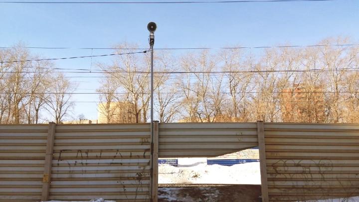 В Перми на «диком» переходе железной дороги включили звуковое предупреждение — теперь жители соседнего дома не могут спать