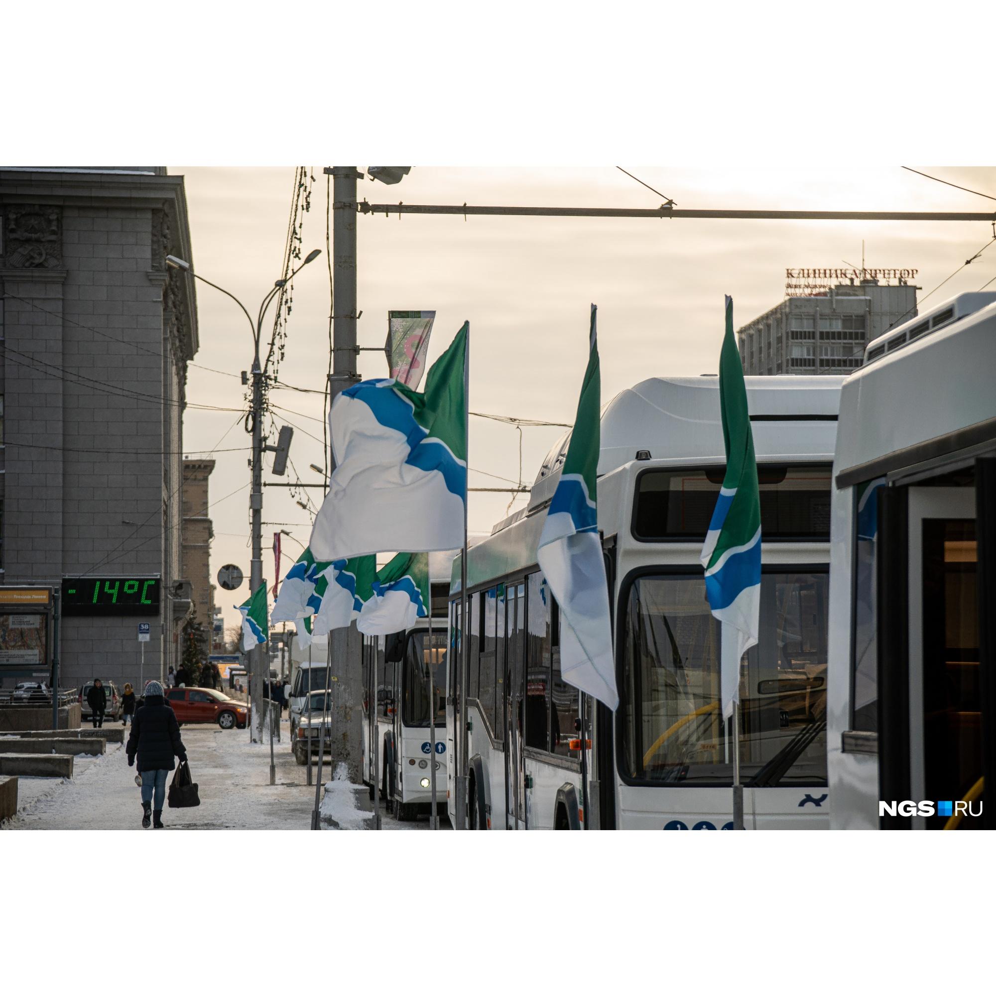 Автобусы сегодня днем припарковали на площади Ленина