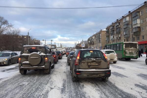Жители Ленинского района говорят, что снег почистили только на одном участке на Барбюса