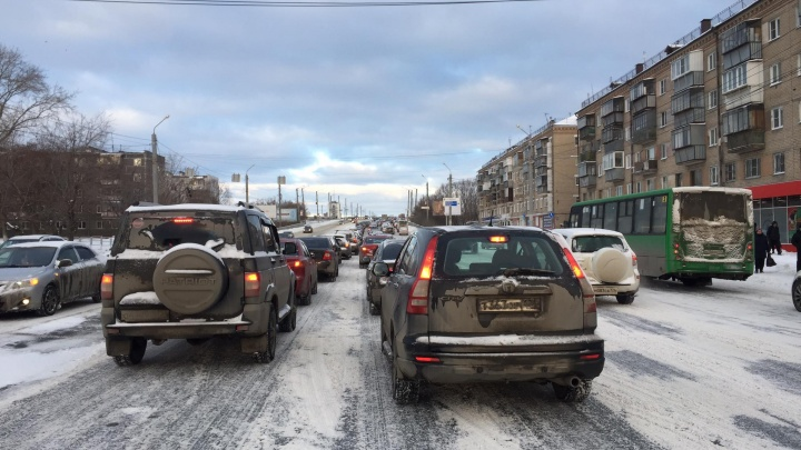 Мэрия отчиталась об уборке дорог от снега, но Челябинск стоит в восьмибалльных пробках