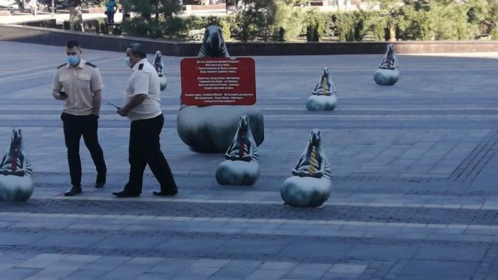 Отряд картонных ждунов осадил здание донского правительства