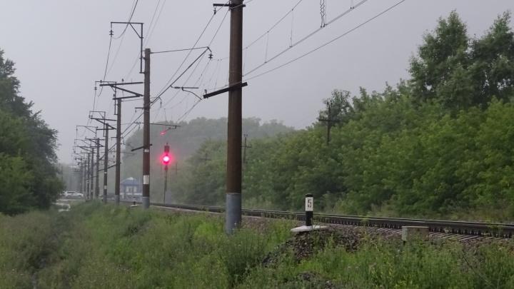 В Кемерово поезд сбил идущего по путям в наушниках молодого парня