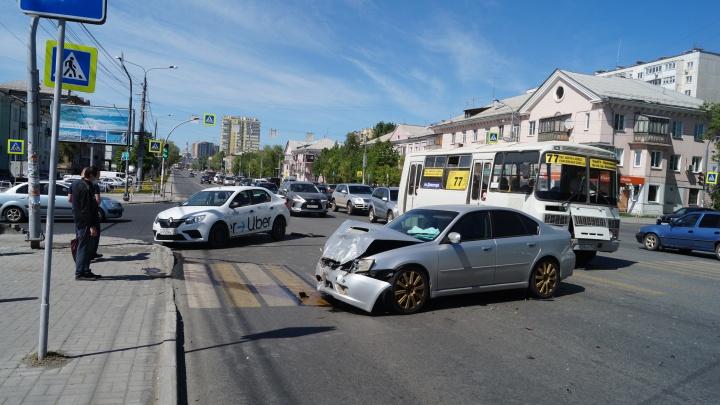 «Пассажирка вылетела в окно»: бесправник протаранил такси на злополучном перекрёстке в Челябинске