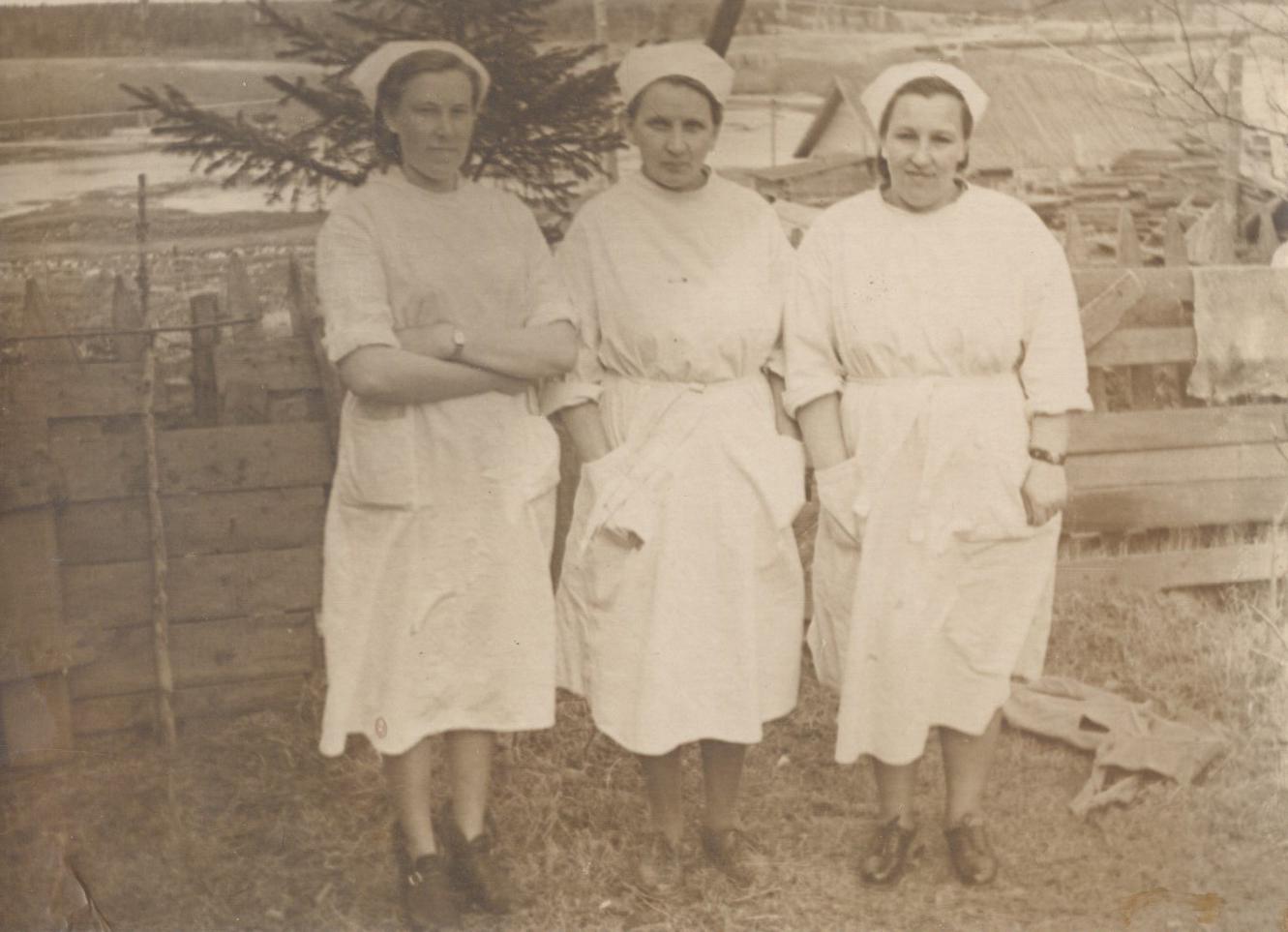 Анастасия Луппова (крайняя слева) с коллегами по Уемской больнице. 1951 год<br>