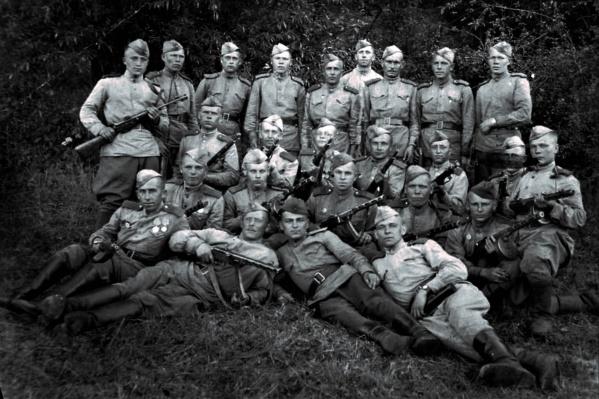 Герой войны Пантелей Катунин (на фото он крайний слева в верхнем ряду) сфотографировался в конце апреля 1945 года в окрестностях Берлина. Это было сразу после боя, в котором Катунин заслужил медаль «За отвагу»