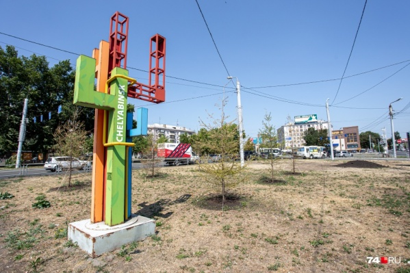 Трава на газонах в Челябинске превратилась в сухостой из-за жары, заявили чиновники. А вам тоже кажется, что её просто нужно было поливать?